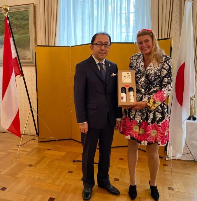 Der japanische Botschafter in Wien, seine Excellenz Kiyoshi, KOINUMA mit Birgit.